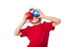 Rolig pojke med julgarnering Arkivbild