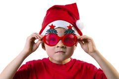 Rolig pojke Santa Claus i en hatt och exponeringsglas Arkivbilder