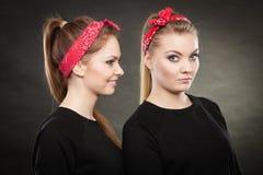 Rolig positiv retro utformad kvinnlig stående två Royaltyfria Foton