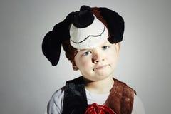 Rolig pys i karnevaldräkt Förfölja maskerad barn halloween Arkivbild