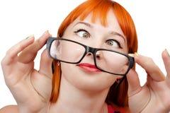 Rolig rödhårig flicka i exponeringsglas Royaltyfria Bilder