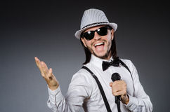 Rolig sångare med mikrofonen Arkivfoton