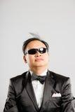 Bakgrund för grå färg för definition för kick för rolig manstående verkligt folk fotografering för bildbyråer