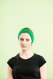 Backgroun för gräsplan för definition för kick för rolig kvinnastående verkligt folk Arkivbilder