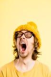 Bakgrund för guling för definition för kick för rolig manstående verkligt folk arkivbild