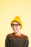 Bakgrund för guling för definition för kick för rolig manstående verkligt folk arkivfoton