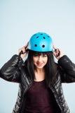 Rolig kvinna som ha på sig cykla def för kick för hjälmstående verkligt folk arkivbilder