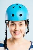 Rolig kvinna som ha på sig cykla def för kick för hjälmstående verkligt folk arkivfoto