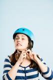 Rolig kvinna som ha på sig cykla def för kick för hjälmstående verkligt folk arkivfoton