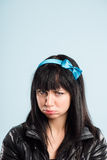 Bakgrund för blått för definition för kick för rolig kvinnastående verkligt folk arkivfoton