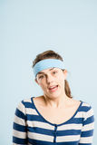 Bakgrund för blått för definition för kick för rolig kvinnastående verkligt folk arkivfoto