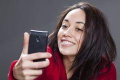 Rolig selfie med toothy leende från gullig ung multietnisk flicka Arkivbild