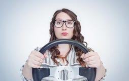 Rolig sinnesrörelseflicka i exponeringsglas med bilstyrninghjulet, auto begrepp arkivbilder