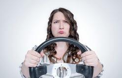 Rolig sinnesrörelseflicka med bilstyrninghjulet, auto begrepp arkivbilder
