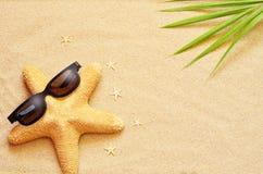 Rolig sjöstjärna på sommarstranden med sand fotografering för bildbyråer