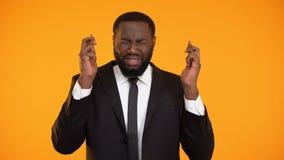 Rolig skrockfull affärsman som korsar fingrar som skrämmas, innan framställning av beslut lager videofilmer