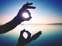 Rolig skuggalek Skugga av handsymbolet Göra en gest för fingrar royaltyfria bilder