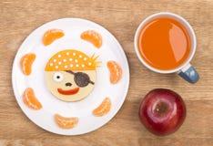 Rolig smörgås för ungar i en form av en piratkopiera Royaltyfri Fotografi