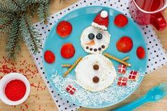 Rolig snögubbepannkaka för frukosten - rolig matkonst ide för jul Royaltyfria Bilder