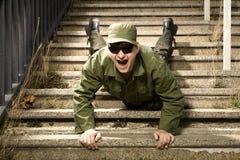 Rolig soldie som faller på trappa Fotografering för Bildbyråer