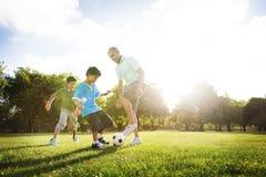Rolig sportfamilj för fotboll som spelar begrepp arkivfoto