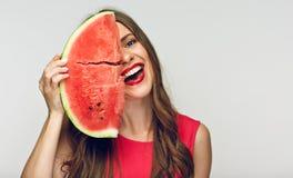Rolig stående av den unga kvinnan med det stora stycket av vattenmelon Royaltyfri Foto
