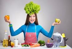 Rolig stående av en kvinna med salladen på hennes huvud royaltyfri foto