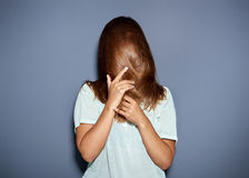 Rolig stående av ett kvinnanederlag bak hennes hår arkivfoton