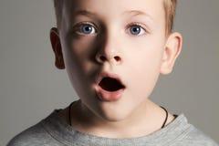 Rolig stående av ungen stilig pojke little Royaltyfria Bilder
