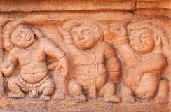 Rolig stenlättnad med tre feta personer som dansar den 7th århundradetemplet för insida i den Badami staden, Indien Fotografering för Bildbyråer