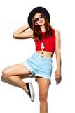 Rolig stilfull modemodell i hipstertorkduk fotografering för bildbyråer