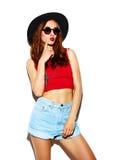 Rolig stilfull modemodell i hipstertorkduk royaltyfri bild