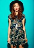 Rolig stilfull modemodell i hipstertorkduk royaltyfri fotografi