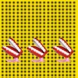 Rolig tand, stycke av kakan, affisch och gul fond royaltyfri foto