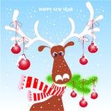 Rolig tecknad film, gullig ren i den röda randiga halsduken med vita horn, grön julgranfilial, snö, stock illustrationer