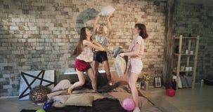 Rolig tid för damer för en bästa väntonåring har ett sleepovernattparti i den moderna sovrumstryken med kuddar arkivfilmer