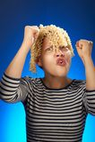 Rolig tonårig flicka med för makaroni hår i stället Arkivbild
