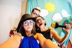 Rolig trio av komediförfattare som tar en selfie royaltyfri fotografi