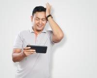 Rolig ung asiat Guy Playing Games på minnestavlan Arkivbilder