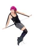 Rolig ung kvinna i militärkängor och rosa hatt Arkivbilder