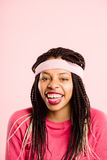 Definition för kick för rolig bakgrund för kvinnastående rosa verkligt folk fotografering för bildbyråer