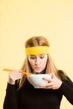 Backgrou för guling för definition för kick för rolig kvinnastående verkligt folk arkivfoton