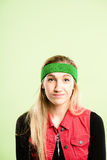 Backgroun för gräsplan för definition för kick för rolig kvinnastående verkligt folk arkivfoton