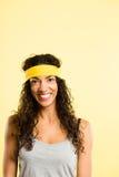 Backgrou för guling för definition för kick för rolig kvinnastående verkligt folk royaltyfri fotografi