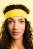 Backgrou för guling för definition för kick för rolig kvinnastående verkligt folk arkivfoto