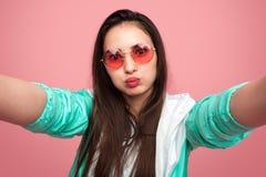 Rolig ung kvinna som tar selfie arkivbilder