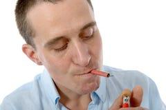 Rolig ung man som röker en firecracker, på vit Arkivbild