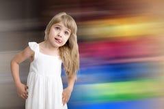 Rolig unge, i den vita banhoppningen och att skratta för klänning på kulör bakgrund Liten nätt flicka på bakgrund kopia fotografering för bildbyråer
