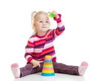 Rolig unge i exponeringsglas som spelar den färgrika pyramidleksaken royaltyfria bilder