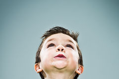 Rolig unge som ser upp Arkivfoton